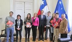 Ganadores del Torneo Delibera entregan proyecto a la senadora Carolina Goic