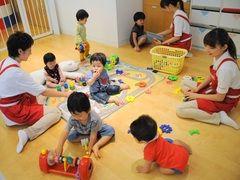 Japón buscará subir su tasa de fertilidad por medio de incentivos económicos pro maternidad