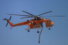 El uso de helicópteros para combatir los incendios forestales en Australia