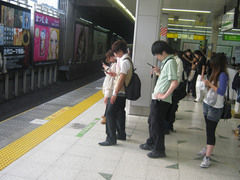 Las campañas publicitarias en Japón para evitar accidentes de peatones mirando el celular