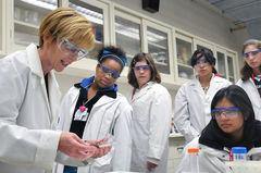 Las acciones de Australia para incorporar a más mujeres en el desarrollo científico