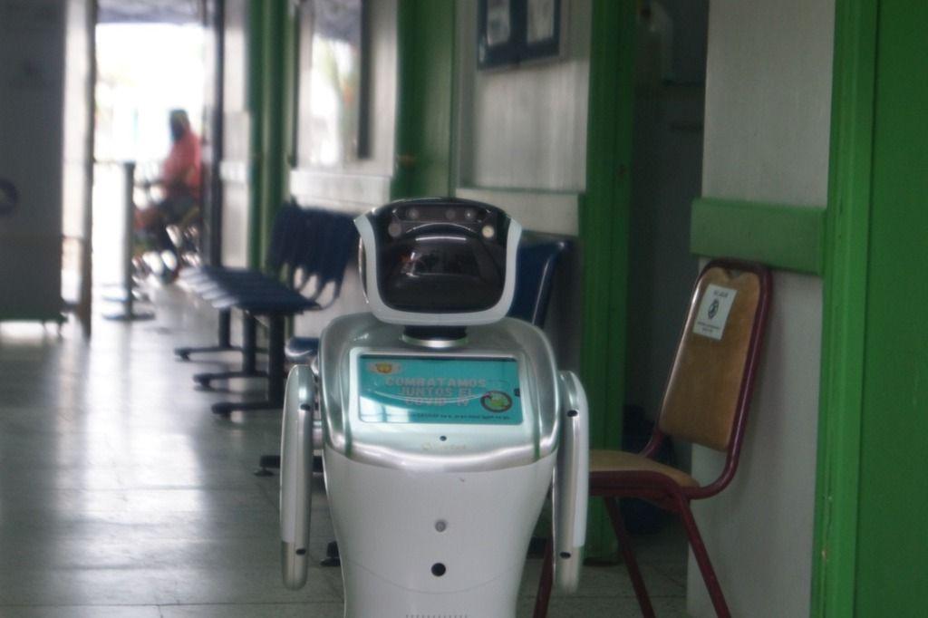 Imagen de la nota La admirable labor del Liceo Abdón Cifuentes en la programación de robots para atención de pacientes